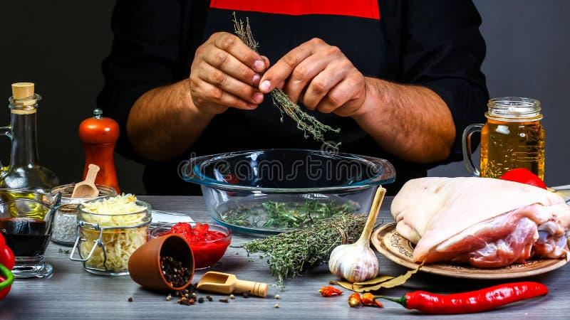 Zakończenie w górę szefa kuchni wręcza narządzanie z karmelu piwnym kumberlandem ziele i kulinarny proces przygotowywa jedzenie P fotografia royalty free