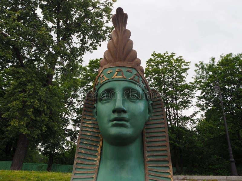 Zakończenie w górę twarzy zielona sphinxe rzeźba przy molem na rzecznym Malaya Nevka w Świątobliwym Petersburg zdjęcia stock