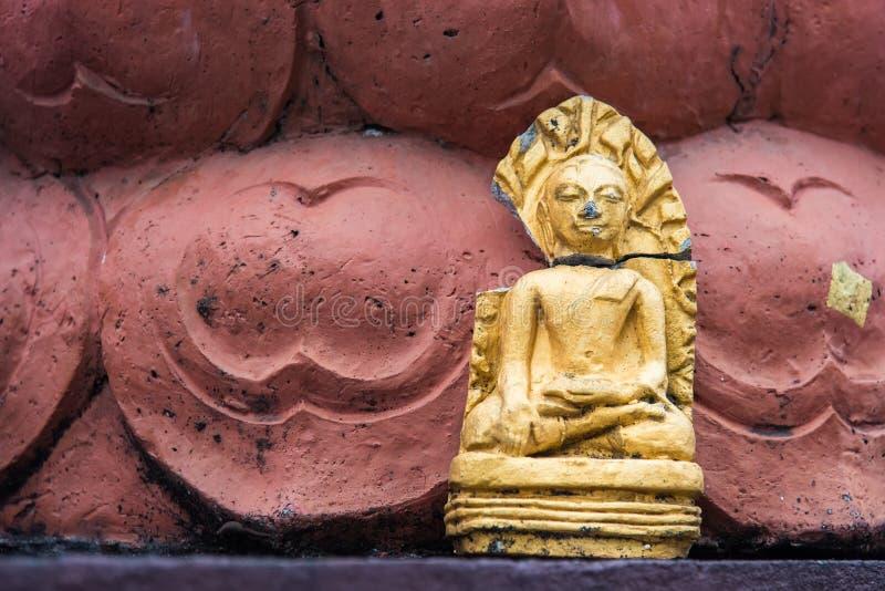 Zakończenie w górę uszkadzającej Buddha statuy umieszczał pod bodhi drzewem z światłem i cień dalej wierzy w związku z Tajlandzki zdjęcia royalty free