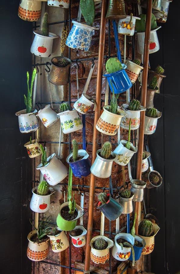 Zakończenie w górę wiązki różni kawowi jezve garnki wieszał w górę dekoracji w kawiarni jako fotografia stock