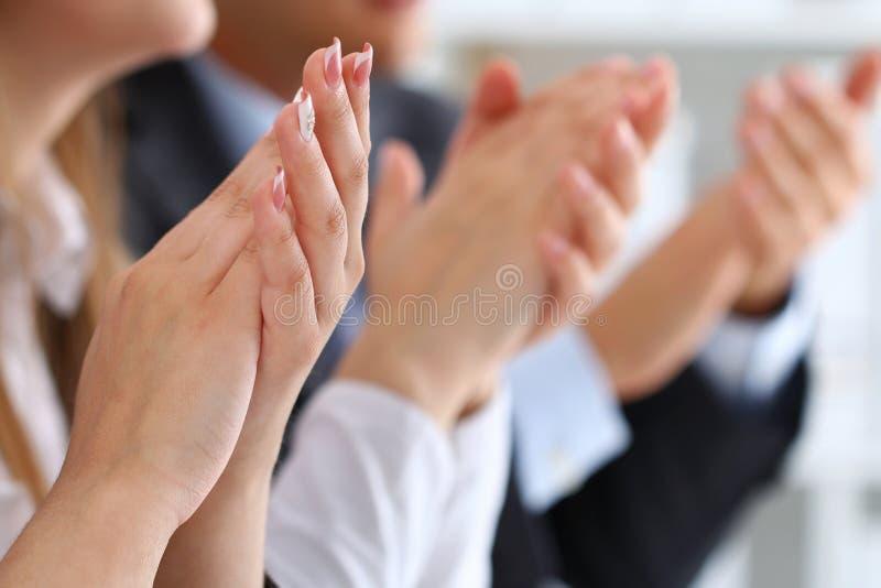 Zakończenie w górę widoku biznesowi seminaryjni słuchacze klascze ręki obraz stock