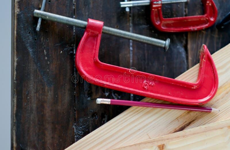 Zakończenie w górę widoku czerwony kahata narzędzie dla drewnianej wykonuje ręcznie pracy która stawia na drewno stole z ołówkiem zdjęcie royalty free