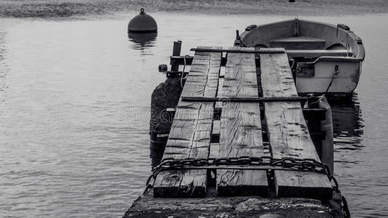 Zakończenie w górę widoku drewniany br4own most w małym porcie z few b obraz royalty free