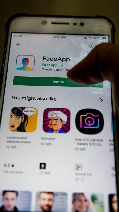 Zakończenie w górę widoku FaceApp zastosowanie na Android smartphone zdjęcie royalty free