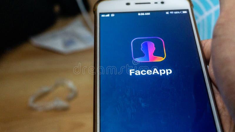 Zakończenie w górę widoku FaceApp zastosowanie na Android smartphone zdjęcia royalty free