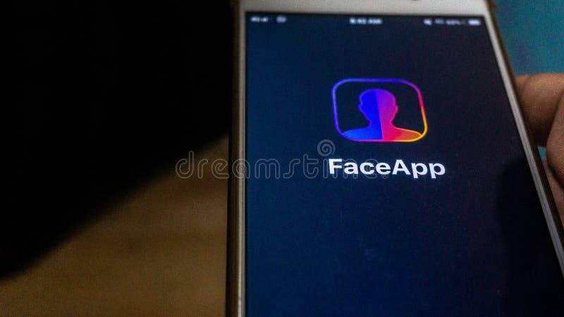 Zakończenie w górę widoku FaceApp zastosowanie na Android smartphone obraz royalty free