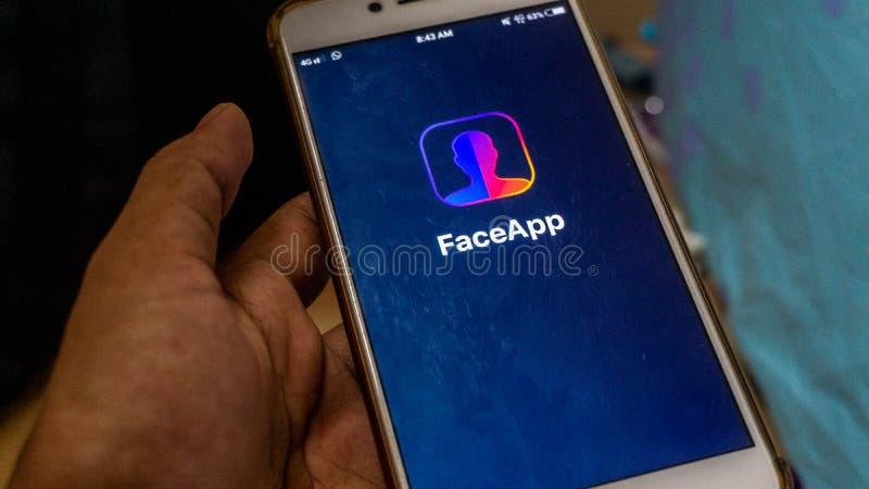 Zakończenie w górę widoku FaceApp zastosowanie na Android smartphone fotografia royalty free