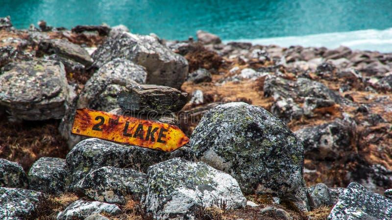 Zakończenie w górę widoku koloru żółtego znak dla drugi Gokyo jeziorny Taboche Tsho obraz stock