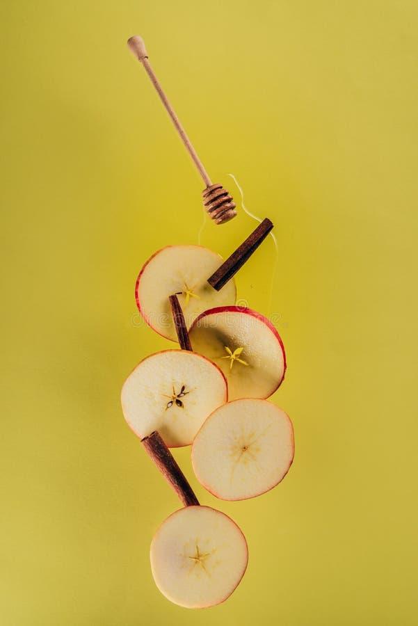 zakończenie w górę widoku levitating kawałki jabłczani cynamonowi kije obraz stock