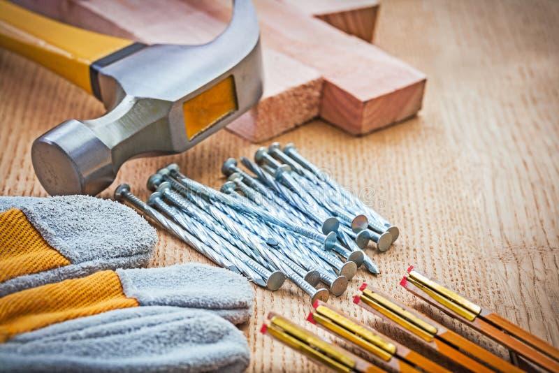 Zakończenie w górę widoku na ciesielek narzędziach na drewnianej desce obraz royalty free