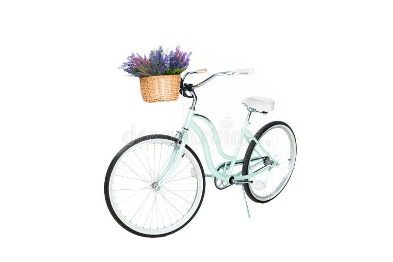 zakończenie w górę widoku retro bicykl z koszykowy pełnym lawendowi kwiaty obrazy royalty free
