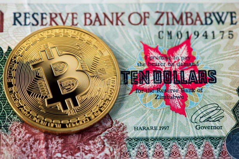 Zakończenie w górę widoku Zimbabwe hiperinflacji Bitcoin i banknot hiperinflacja fotografia royalty free