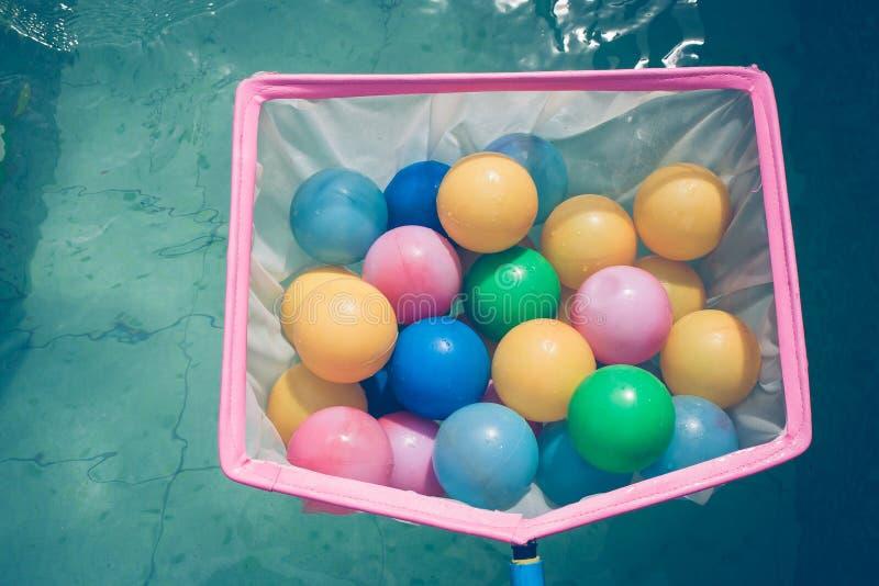 Zakończenie w górę wiele kolorowa mała piłka w różowym colander z rocznika stylem zdjęcia stock