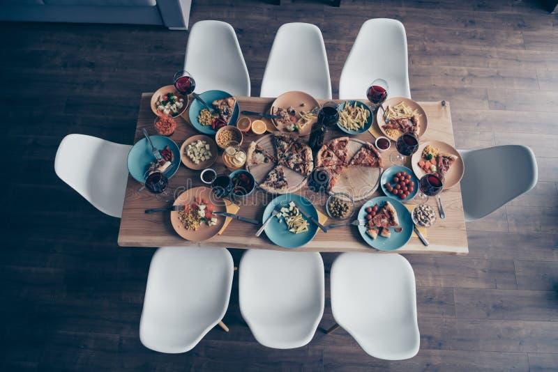Zakończenie w górę wierzchołka nad wysokiego kąta widoku fotografii wakacje stołu naczyń talerzy pełna różna kuchnia stosuje rozw fotografia royalty free