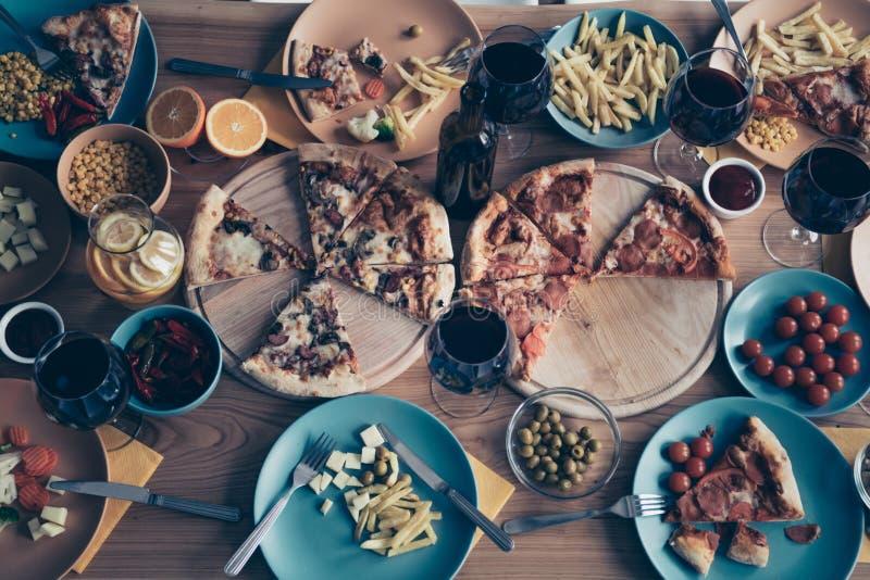 Zakończenie w górę wierzchołka nad wysokiego kąta widoku fotografii wakacje stołu naczyń talerzy pełna różna kuchnia no stosuje r obraz royalty free