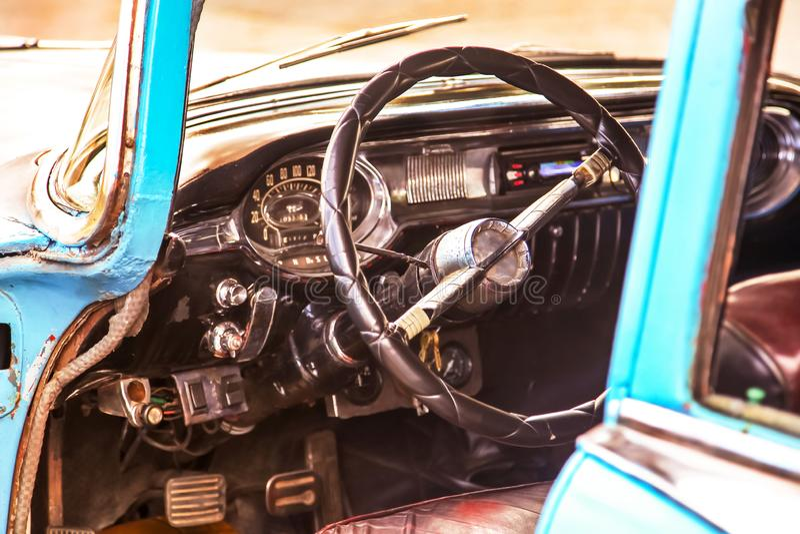 Zakończenie w górę wnętrza klasycznego rocznika amerykański samochód - kierownica zegar, deska rozdzielcza, szybkościomierz fotografia royalty free