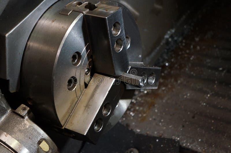 Zakończenie w górę wrzeciono stali i chucku sześciokąta na dużej precyzji Cnc kręcenia przemysłowej tokarskiej maszynie zdjęcie stock