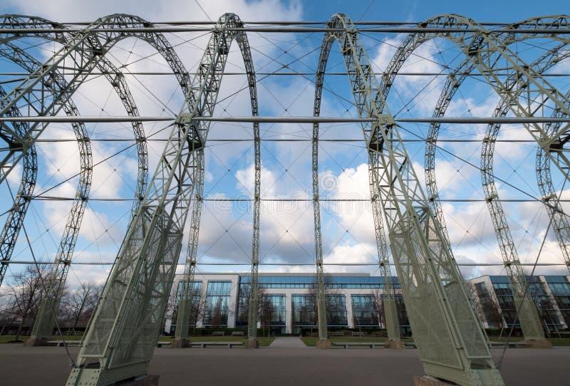 Zakończenie w górę WW1 sterowa hangaru na oryginalnym Farnborough lotniska miejscu Farnborough Biznesowy park z Fluor biurami za, obrazy stock