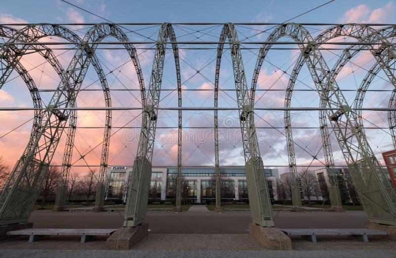 Zakończenie w górę WW1 sterowa hangaru na oryginalnym Farnborough lotniska miejscu Farnborough Biznesowy park z Fluor biurami za, obraz stock