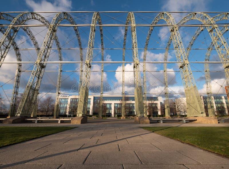 Zakończenie w górę WW1 sterowa hangaru na oryginalnym Farnborough lotniska miejscu Farnborough Biznesowy park z Fluor biurami za, obrazy royalty free