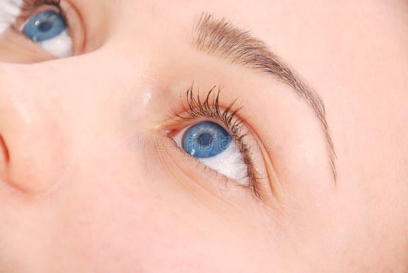 Zakończenie widok żeński niebieskie oko zdjęcia royalty free