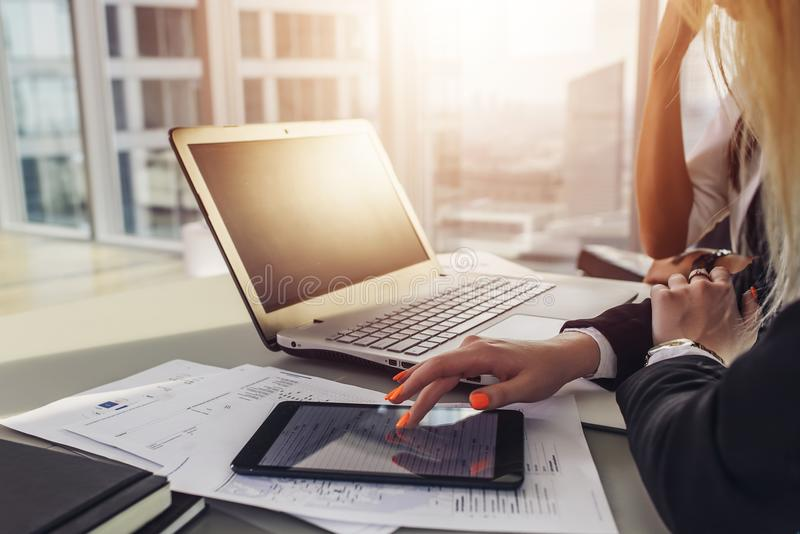 Zakończenie widok biurowy biurko: laptop, notatniki, papiery, pastylka komputer przy nowożytnym apartament na najwyższym piętrze obraz stock