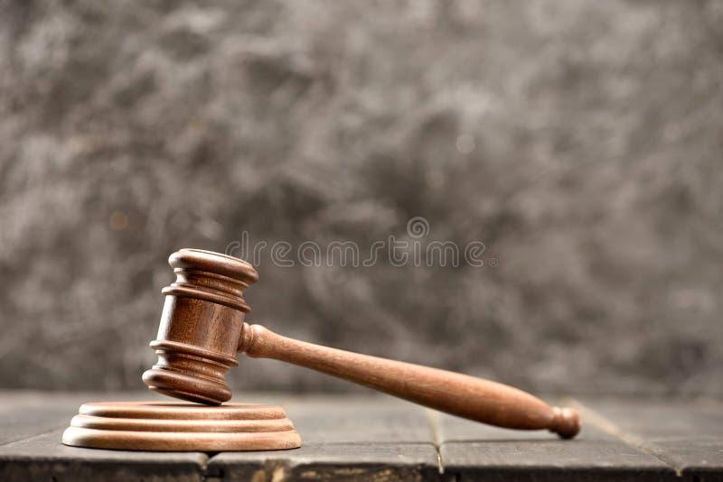 Zakończenie widok brown dobniak sędzia na drewnianym stole na popielatym zdjęcie stock