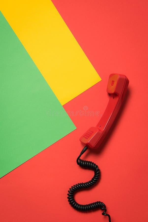 Zakończenie widok czerwony telefoniczny odbiorca z kędzierzawym sznurem zdjęcie royalty free