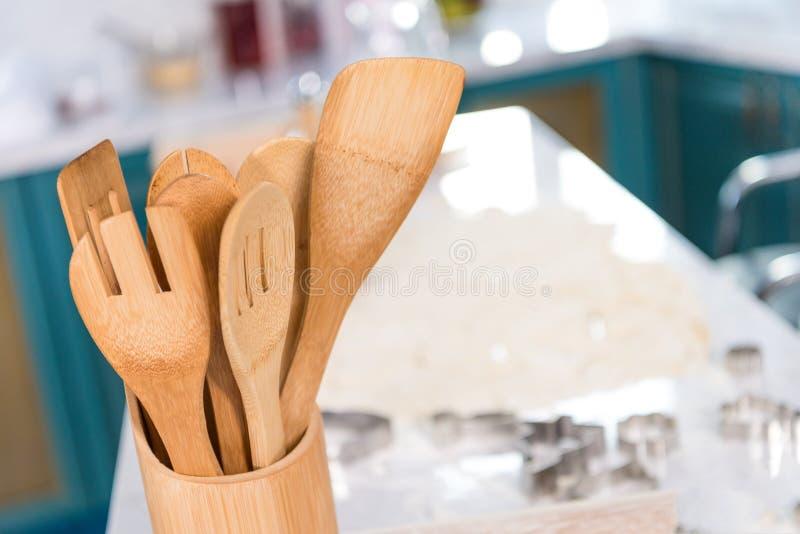 zakończenie widok drewniani naczynia w zbiorniku w kuchni obraz royalty free