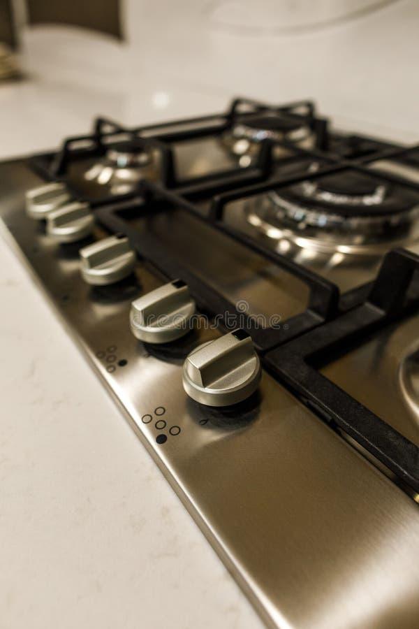 Zakończenie widok metal kuchenka w eleganckiej kuchni zdjęcie stock