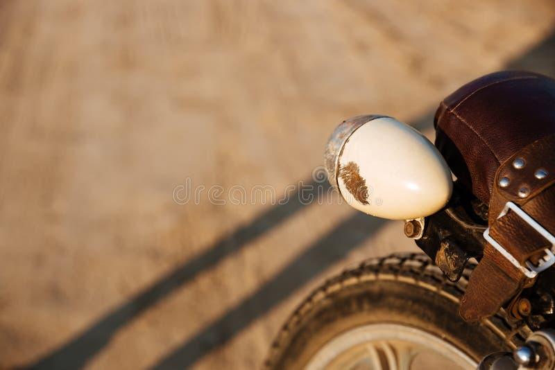 Zakończenie widok na retro motocykli/lów reflektorach obraz royalty free