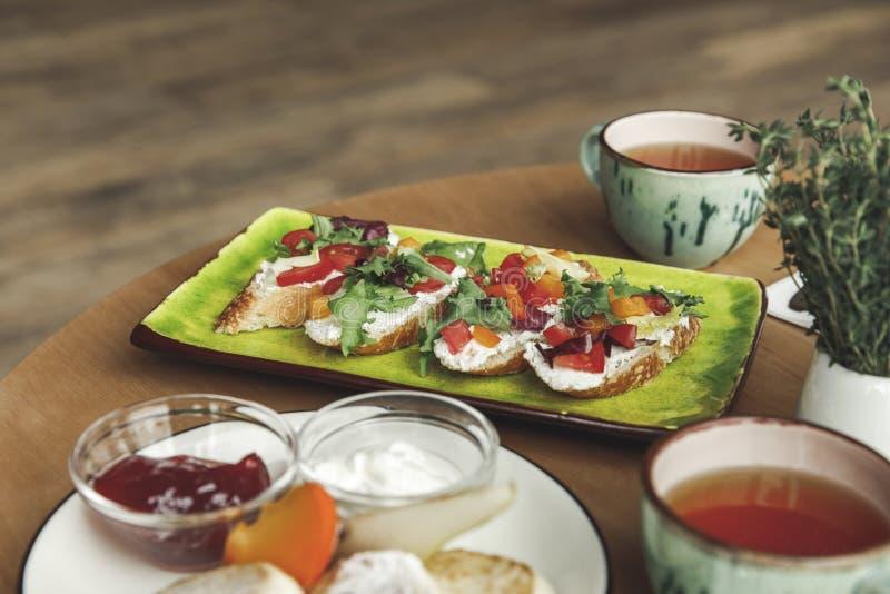 zakończenie widok smakosz herbata na stole i kanapki obrazy royalty free