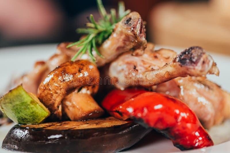 zakończenie widok smakosz piec na grillu kurczaka z pieczarką, pieprz, rozmaryn, zucchini zdjęcia royalty free