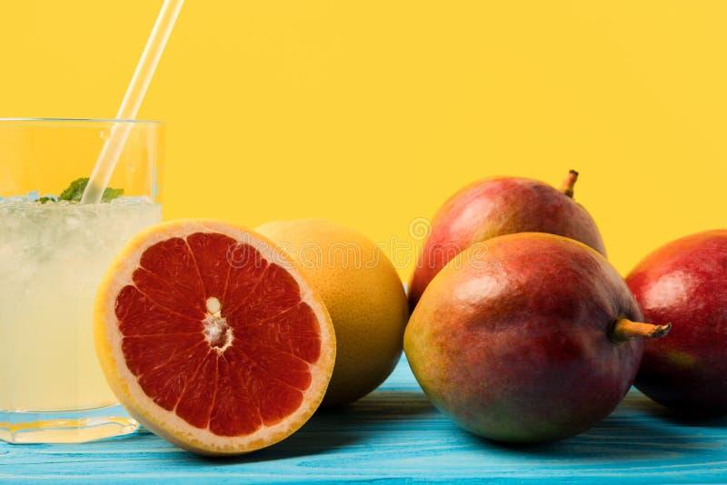 Zakończenie widok, szkło z zimnym latem i pijemy na kolorze żółtym zdjęcie stock