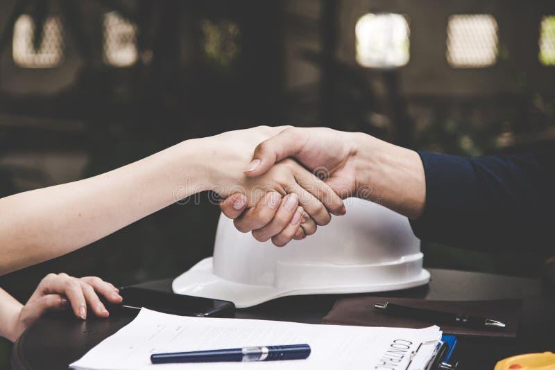 Zakończenie wizerunek firmowy uścisk dłoni między dwa kolegami po podpisywać kontrakt zdjęcia stock