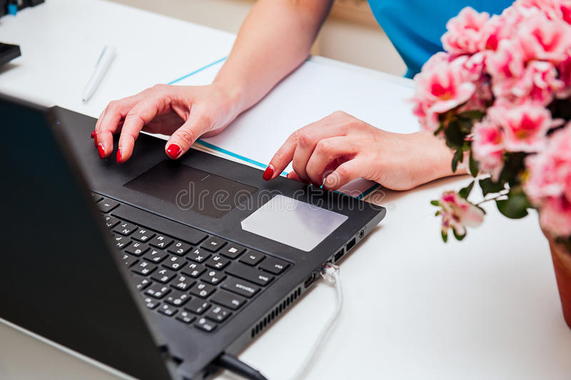 Zakończenie wizerunek młody fachowy żeński kierownik używa laptop przy jej biurem, bizneswoman pracuje od domu przez przenośnego  zdjęcia royalty free