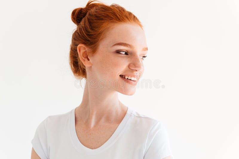 Zakończenie wizerunek piękno imbirowa kobieta patrzeje daleko od w koszulce zdjęcie royalty free