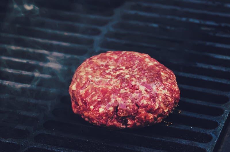 Zakończenie wołowiny cutlet dla hamburgeru, smażył w grillu, obrazy stock