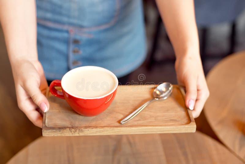 Zakończenie wręcza trzymać drewnianą tacę z aromat filiżanką kawy fotografia stock