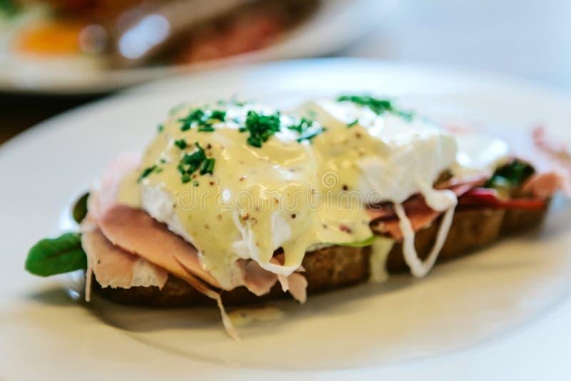 Zakończenie wyśmienicie i odżywcza kanapka z kłusującym jajkiem zdjęcia royalty free