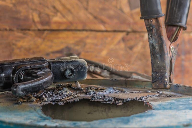 Zakończenie złego procesu spawania za pomocą niebieskiej rurki metalowej zdjęcie stock
