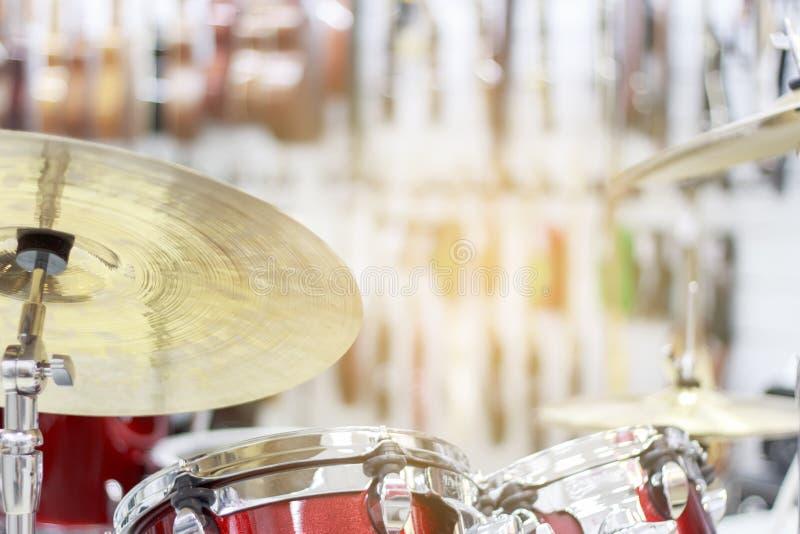 Zakończenie złota brązowa cymbałki talerza część bębenu set z ostrość instrumentu up rozdziela w tle obraz stock
