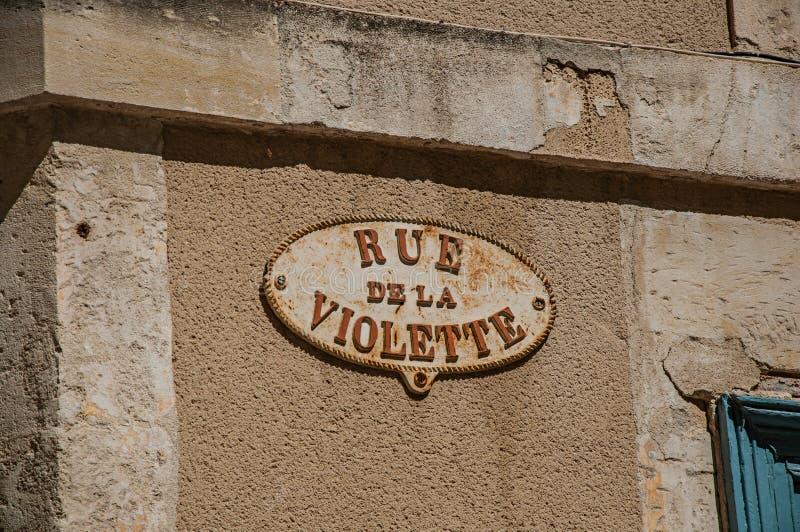 Zakończenie znak uliczny deska z pogodnym niebieskim niebem w centrum miasta Nimes zdjęcie royalty free