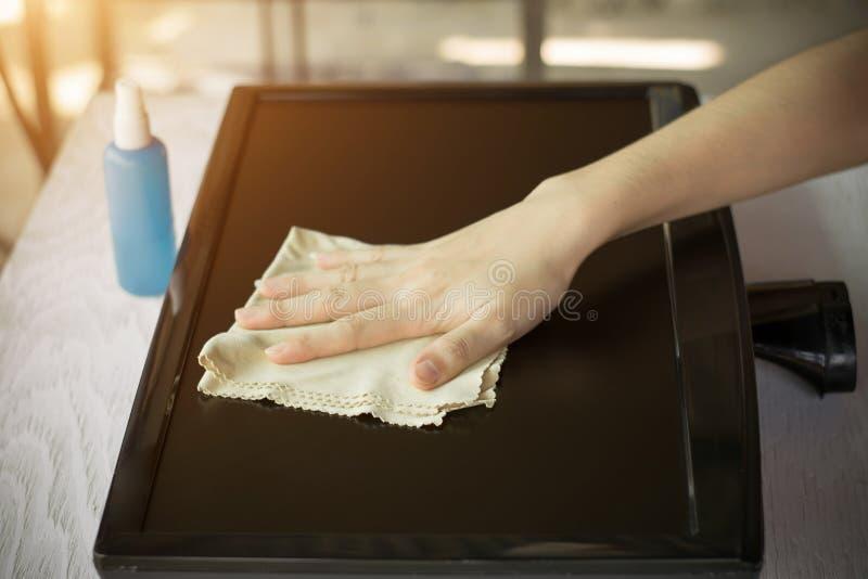 Zako?czenie kobieta up wr?cza cleaning laptopu ekran zdjęcia stock