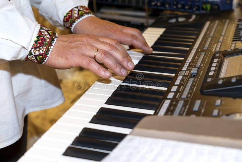 Zako?czenie muzyk up wr?cza klasyczny fortepianowy bawi? si? Muzyk ręki Scena pianista ręki Męski muzyk bawić się Midi klawiaturę obraz royalty free