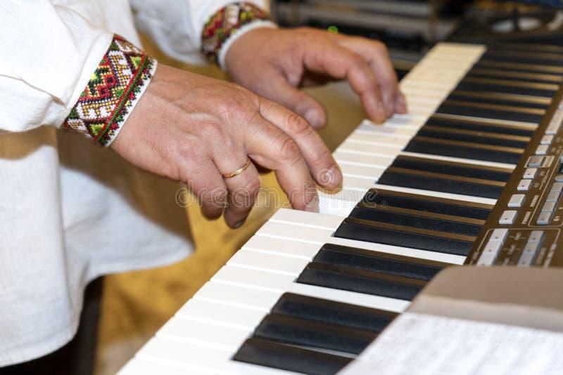 Zako?czenie muzyk up wr?cza klasyczny fortepianowy bawi? si? Muzyk ręki Scena pianista ręki Męski muzyk bawić się Midi klawiaturę zdjęcie stock