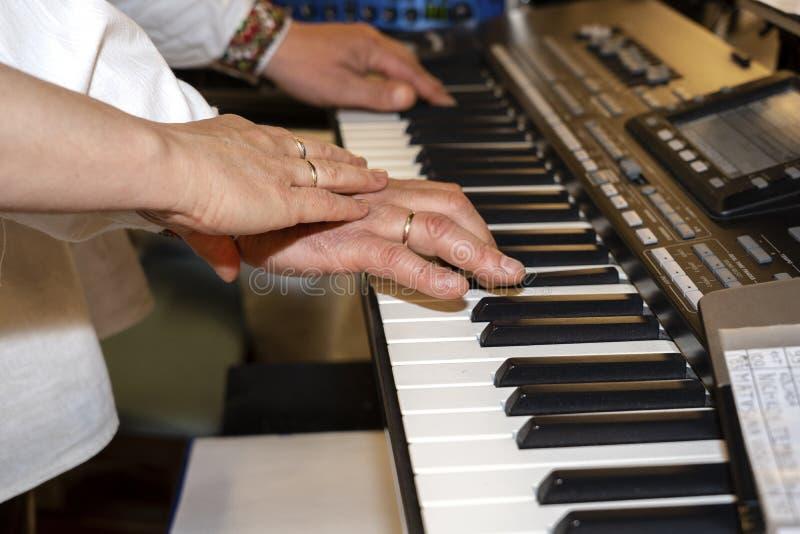 Zako?czenie muzyk up wr?cza klasyczny fortepianowy bawi? si? Muzyk ręki Scena pianista ręki Męski muzyk bawić się Midi klawiaturę obrazy stock