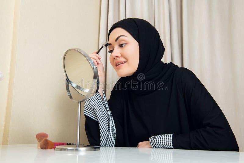 Zako?czenie portret powabna Muzu?ma?ska kobieta jest ubranym makeup stawia czo?o fotografia royalty free