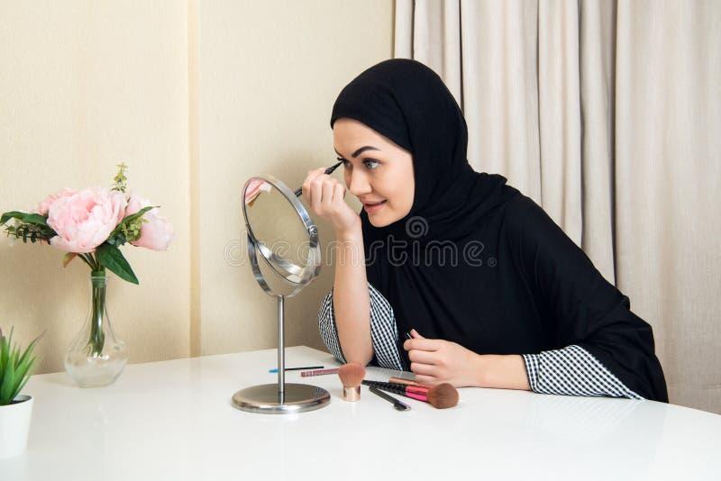 Zako?czenie portret powabna Muzu?ma?ska kobieta jest ubranym makeup stawia czo?o obrazy stock