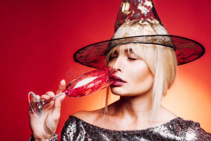 Zako?czenie portret wspania?ej szcz??liwej blondynki czarodziejski enchantress, zakrywa ona oczy z nakr?tk?, gor?ca posta?, cia?o zdjęcie royalty free